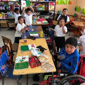 Aufnahme von Kindern in einem Klassenzimmer in einer Dorfschule in Guatemala.
