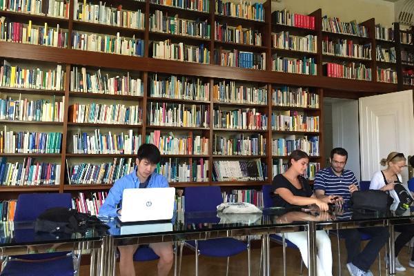 Aufnahme von Studenten in einem Raum einer Bibliothek.
