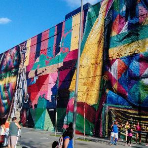 Ein buntes Wandbild Etnias in Rio de Janeiro.