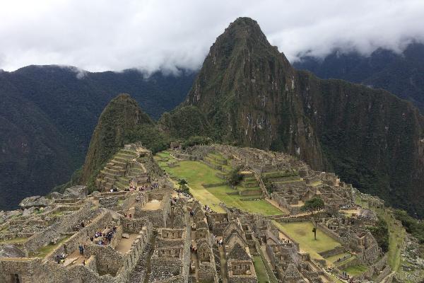 Blick auf Machu Picchu und die nebelumhüllten Gipfel der Anden