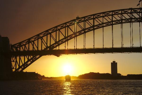 Foto einer Brücke über dem Meer bei Sonnenuntergang in Australien.