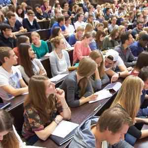 Blick in eine volle Vorlesung im Audimax der LMU.