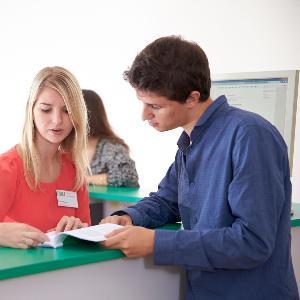 Studierende bei einem Beratungsgesprächs.