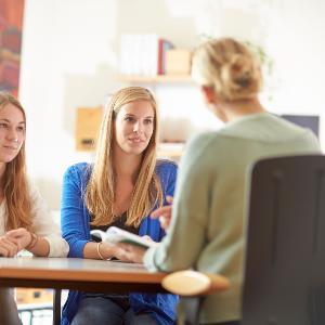 Zwei Studentinnen bei einer Beratung