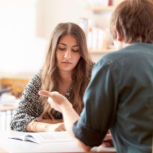 Studierende in einer Beratungsituation