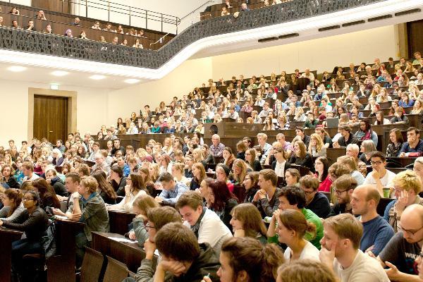 Blick auf eine zum Semesterstart gut besuchte Vorlesung von LMU-Soziologe Prof. Dr. Armin Nassehi im Audimax.