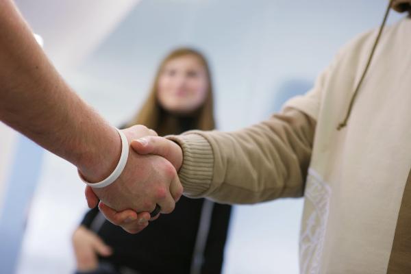 Handshake zwischen zwei Personen.