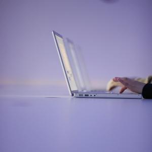 Hand tippt in Computertastatur.