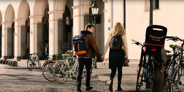 Studierende vor der Universität.
