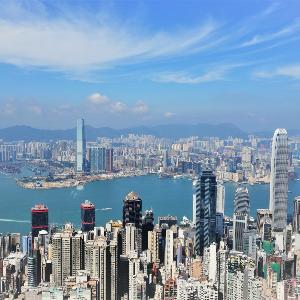 Hong Kongs Hochhäuser und das Meer aus der Luft fotografiert.