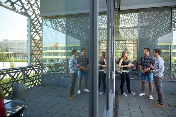 Studierende auf dem Campus in Großhadern/Martinsried