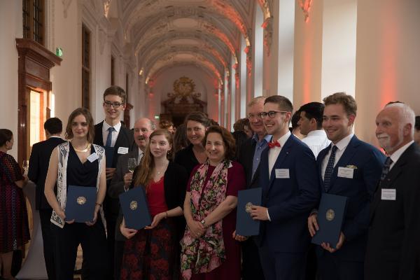 Deutschlandstipendiatin Isabel Oberländer mit Danke-Schild