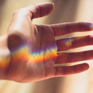 geöffnete Hand mit Licht
