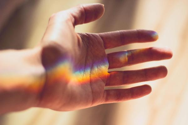 Hand - Regenbogenlicht | www.pixabay.com/cm_dasilva