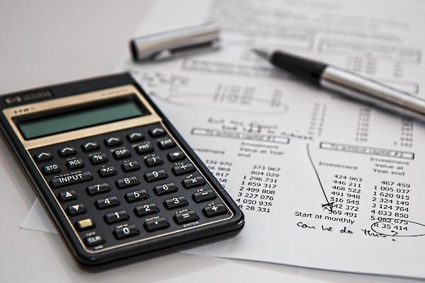 Taschenrechner, Stift und bedrucktes Papier