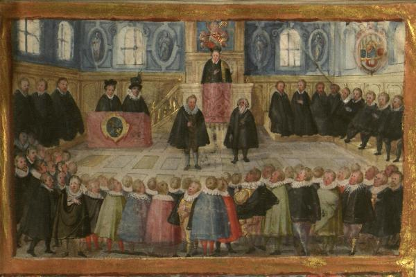 Historische Buchmalerei: Vor dem (auf einer Kanzel) stehen der Pedell und sein Gehilfe, die die beiden Universitätszepter tragen. An den Wänden sitzen Professoren im Vordergrund stehen Studenten.