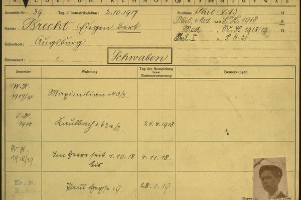 Zu sehen ist eine Karteikarte mit den Immatrikulationsdaten und einem Passfoto von Bert Brecht