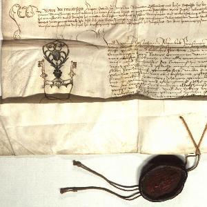 Zu sehen ist der Ausschnitt aus einer historischen Urkunde von 1502 mit dem Notarsignet des Universitätsnotars Johann Altenbeck und dem Universitätssiegel an einer Siegelschnur