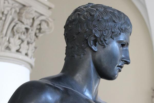 """Zu sehen ist der Kopf der Bronzeskulptur """"Speerträger"""" aus dem Universitätshauptgebäude der LMU im Profil."""
