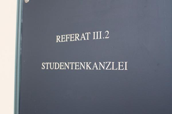 """Zu sehen ist der Ausschnitt einer grauen Schiefertafel mit der Aufschrift """"Referat III.2, Studentenkanzlei"""""""