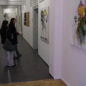 Blick in den Ausstellungsraum der UniGalerieLMU mit Werken von Sven Kalb und zwei Besucherinnen
