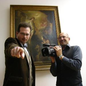 Zu sehen sind der Moderator der Podcastreihe Dossier, Markus Sattler, und der Kameramann Peter Tyroller