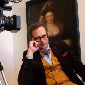 Zu sehen ist der Moderator und Autor der drei Videopodcast-Reihen der UniGalerieLMU, Markus Sattler