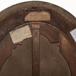 Mehrere Inventarisierungsaufkleber auf der Rückseite eines Gemäldes aus dem historischen Kunstbestand der LMU