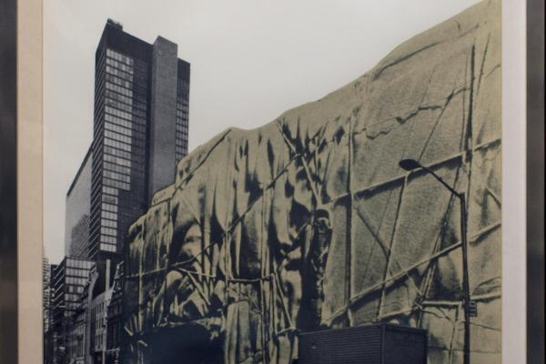 Christó: Das verhängte Museum of Modern Art in New York (Siebdruck auf Papier, 81,5 x 64,5 cm). Eigentum der LMU: Kunstinventar Nr. 0157 © Edith Hüttenhofer (LMU)