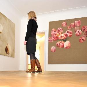 Blick in einen Ausstellungsraum im CAS mit zwei Werken von Peter Vogt und einer Besucherin