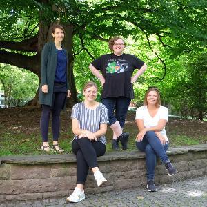 Auf dem Bild sieht man das Team der Beratungsstelle im Salinenhof der Universität