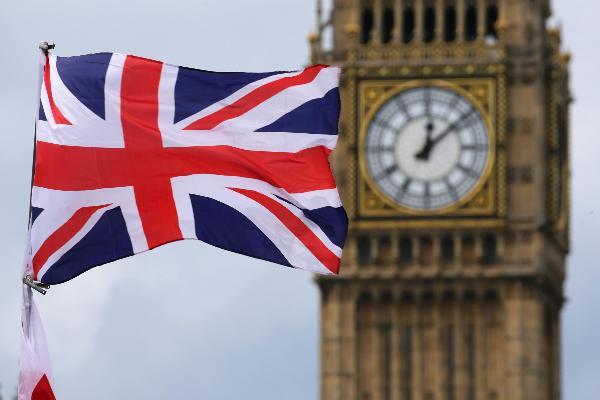 Die Britische Flagge weht vor dem Big Ben in London.