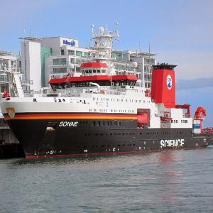 Ein Schiff im Hafen