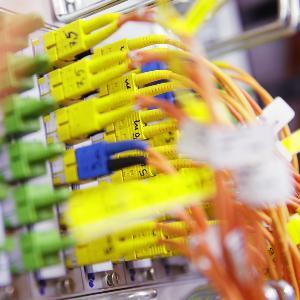 Grüne, gelbe und orangefarbene Kabel