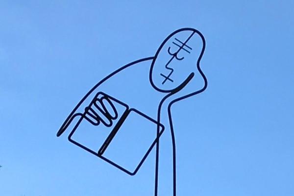 Drahtskulptur eines lesenden Mannes