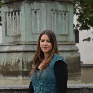 Mina Stefanovic vor dem LMU-Brunnen