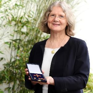 Professorin Monika Führer hält das Bundesverdienstkreuz im geöffneten Etui