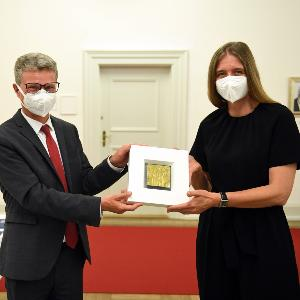 Minster Sibler überreicht Dr. Camilla Rothe die Auszeichnung Pro Meritis Scientiae et Litterarum