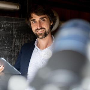 Porträt von Prof. Dr. Daniel Grün, Inhaber des Lehrstuhls für Astrophysik, Kosmologie und Künstliche Intelligenz an der Fakultät für Physik der LMU und Referent der KI Lectures