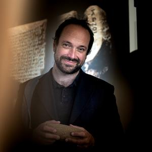 The photo shows Professor Enrique Jiménez, Professor of Ancient Near Eastern Languages at the Institute for Assyriology and Hethitology in the Faculty for the Study of Culture at LMU
