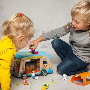Ein Mädchen und ein Junge Spielen mit Plastikfiguren