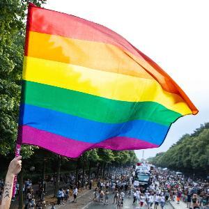 CSD-Parade vor der Siegessäule, Berlin, Regenbogenflagge
