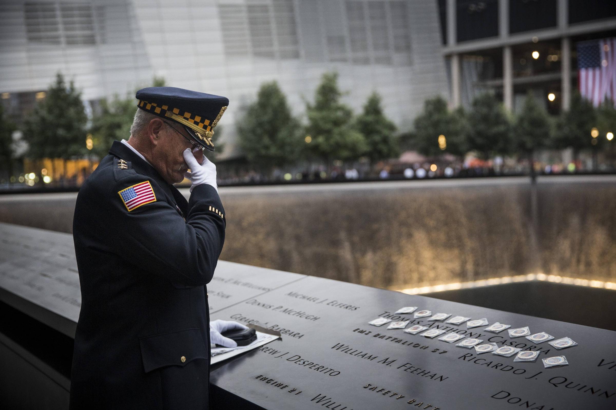 Ehemaliger Polizist trauert vor dem National September 11 Memorial