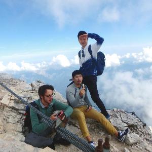 """Drei Teilnehmer der """"Munich International Summer University"""" machen bei einem Ausflug auf die Zugspitze Rast."""